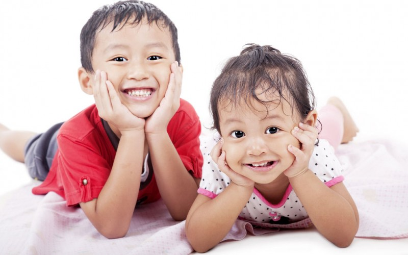 Do younger siblings start to talk later than older siblings?