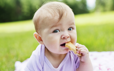 QOD: When should I let my baby start feeding himself?