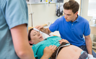5 ways to handle a squeamish partner in the delivery room