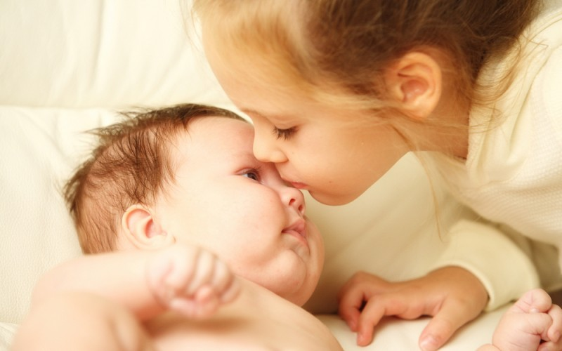 6 ways to stop sibling jealousy when another baby arrives