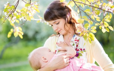 9 ways to make breastfeeding in public easier